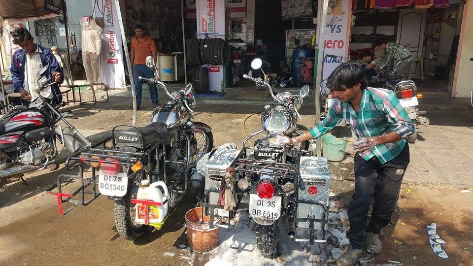 Arreglando la moto en India