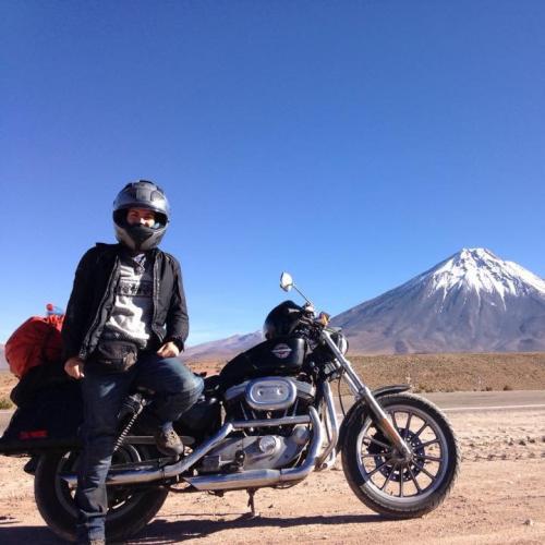 Viajeros en moto Harley Davidson. frontera Chile Argentina